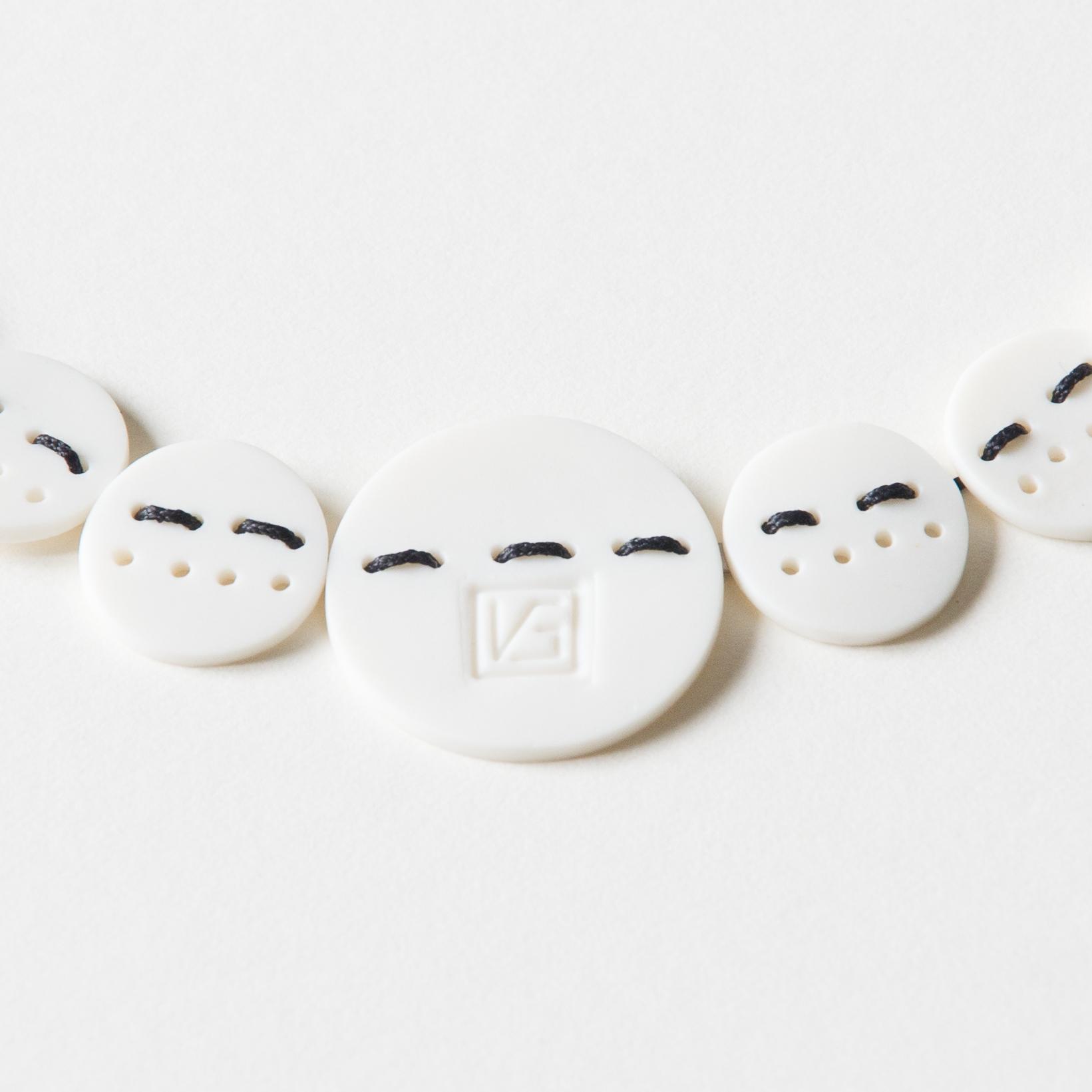 Collier Cousu Main-détail logo