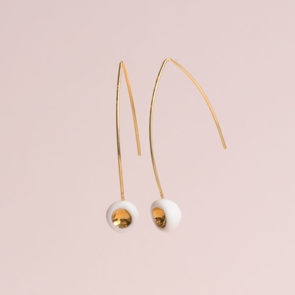 Vesna-Garic-Boucles-Oreilles-Longues-Perle-Blanc-Or-Tidot
