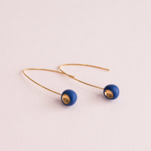 Vesna-Garic-Boucles-Oreilles-Longues-Perle-Bleu-Or-Tidot
