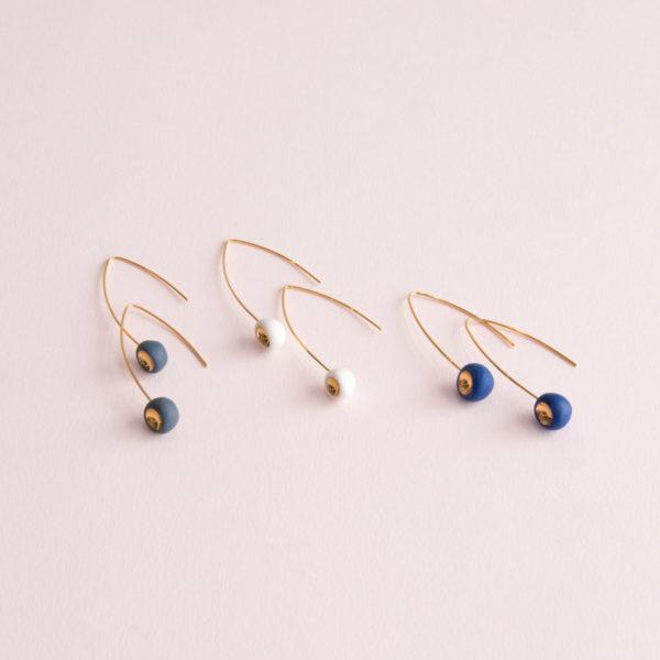 Vesna-Garic-Boucles-Oreilles-Longues-Perle-Blanc-Bleu-Gris-Or-Tidot