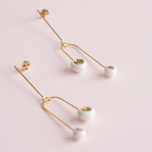Vesna-Garic-Boucles-Oreilles-Mobile-Léger-Perle-Blanc-Or-Caldera