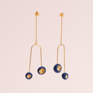 Vesna-Garic-Boucles-Oreilles-Mobile-Léger-Perle-Bleu-Or-Caldera