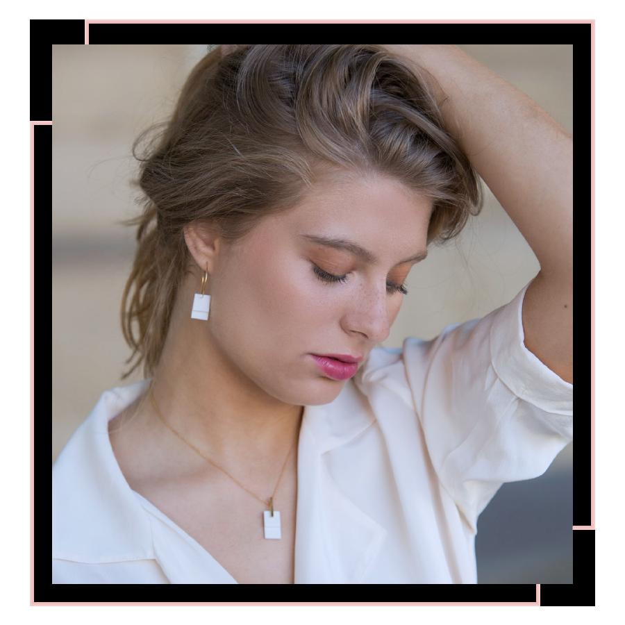 jeune fille posant avec des boucles d'oreilles et un pendentif de la collection Carré Mania de la créatrice Vesna Garic