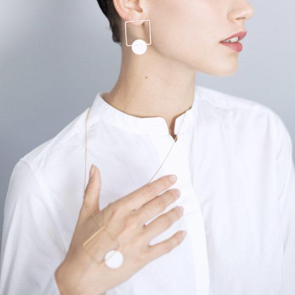 Vesna-Garic-pendentif-sautoir-carre-losange-dore-disque-blanc-CLIPSYRL-