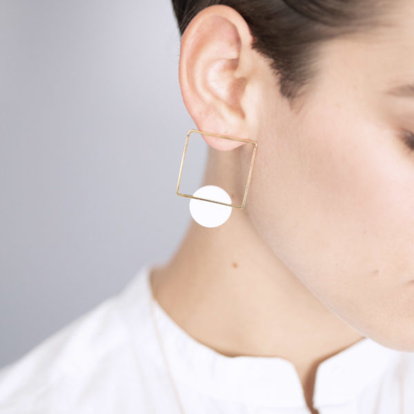 Vesna-Garic-boucles-oreilles-carre-dore-disque-blanc-CLIPSYRL
