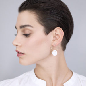 Vesna-Garic-boucles-oreilles-carre-dore-disque-blanc-CLIPSYRS-5208