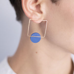 Vesna-Garic-boucles-oreilles-carre-dore-disque-bleu-CLIPSYRL