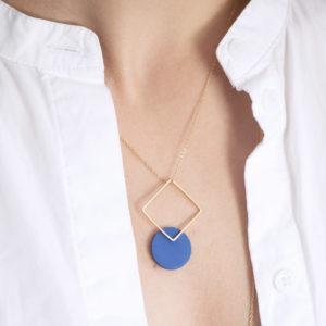 Vesna-Garic-boucles-oreilles-carre-dore-disque-bleu-CLIPSYRS