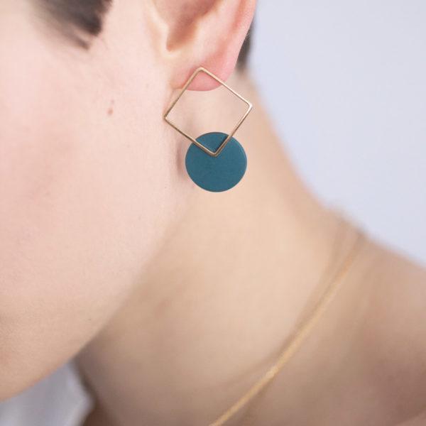 Vesna-Garic-boucles-oreilles-carre-dore-disque-vert-CLIPSYRS