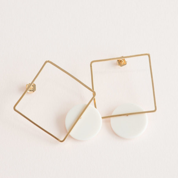 Vesna-Garic-boucles-oreilles-carre-dore-rond-blanc-CLIPSYRL