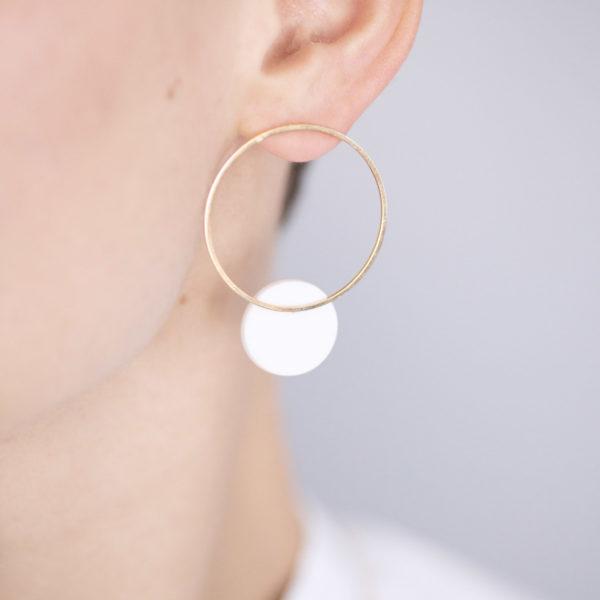 Vesna-Garic-boucles-oreilles-cercle-dore-disque-blanc-CLIPSO