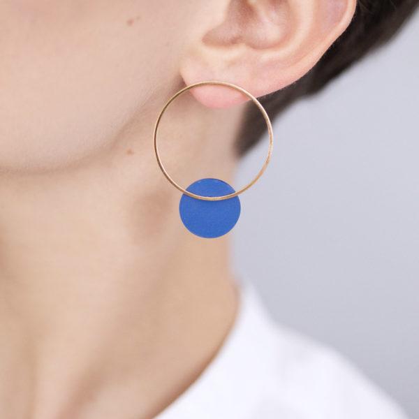 Vesna-Garic-boucles-oreilles-cercle-dore-disque-bleu-CLIPSO