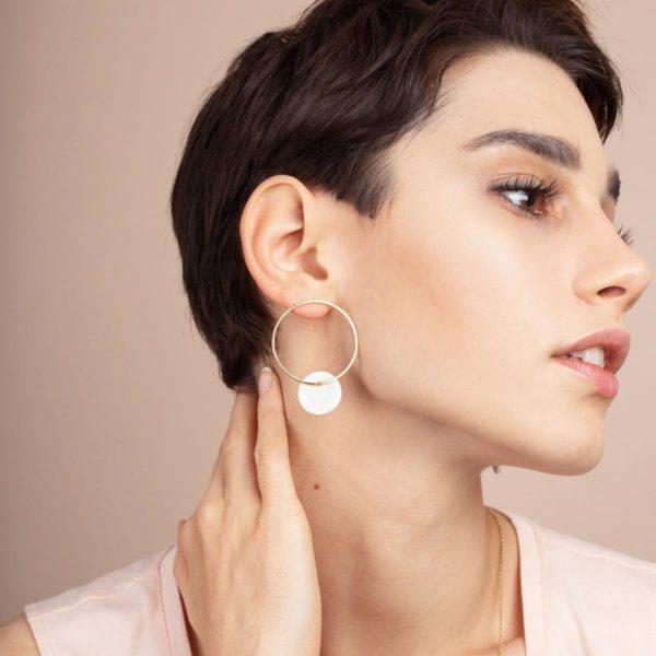 Vesna-Garic-boucles-oreilles-cercle-dore-disque-porcelaine-blanc-CLIPSO