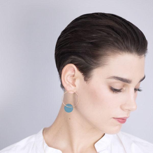 Vesna-Garic-boucles-oreilles-cercle-dore-disque-vert-CLIPSO