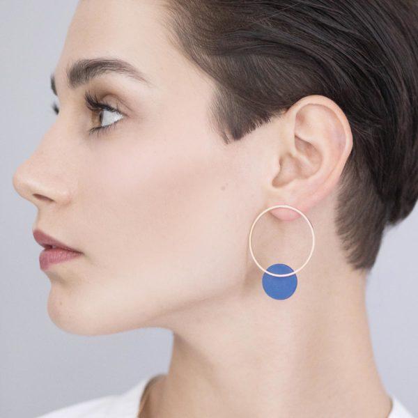 Vesna-Garic-boucles-oreilles-cercle-losange-doré-disque-bleu-CLIPSYSO