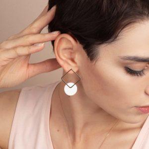 Vesna-Garic-boucles-oreilles-losange-dore-disque-porcelaine-blanc-CLIPSYR