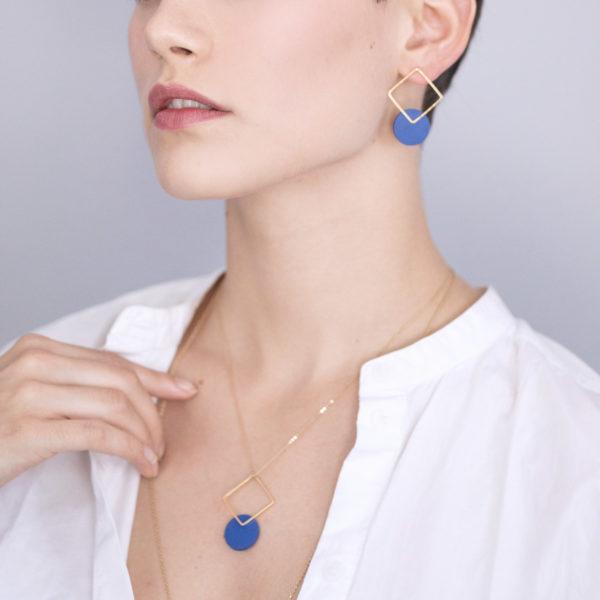 esna-Garic-boucles-oreilles-pendentif-carre-dore-disque-bleu-CLIPSYRS