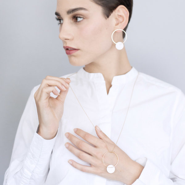Vesna-Garic-pendentif-sautoir-cercle-dore-disque-blanc-CLIPSO