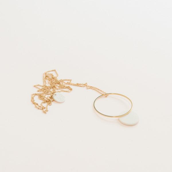 Vesna-Garic-pendentif-sautoir-cercle-dore-disque-blanc
