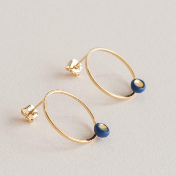 Vesna-Garic-Boucles-oreilles-cercle-dore-perle-bleu-or-ASTRAS