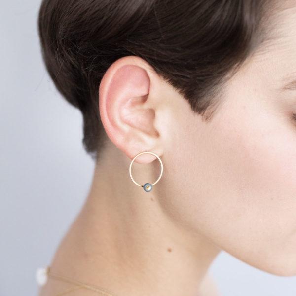Vesna-Garic-Boucles-oreilles-cercle-dore-perle-gris-or-ASTRAS