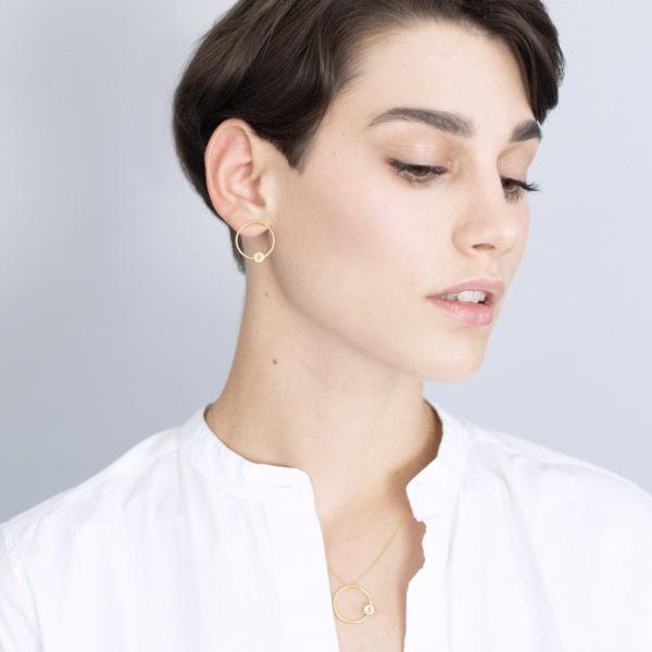 Vesna-Garic-Boucles-oreilles-colier-pendentif-cercle-dore-perle-blanc-or-ASTRAS