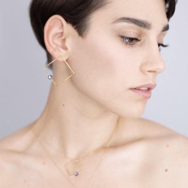 Vesna-Garic-Boucles-oreilles-losange-carre-dore-perle-bleu-or-ASTRACARL