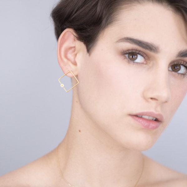 Vesna-Garic-Boucles-oreilles-losange-carre-dore-perle-blanc-or-ASTRACARS