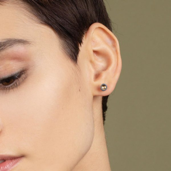 Vesna-Garic-boucles-oreilles-puces-perle-gris-or-Pudot-