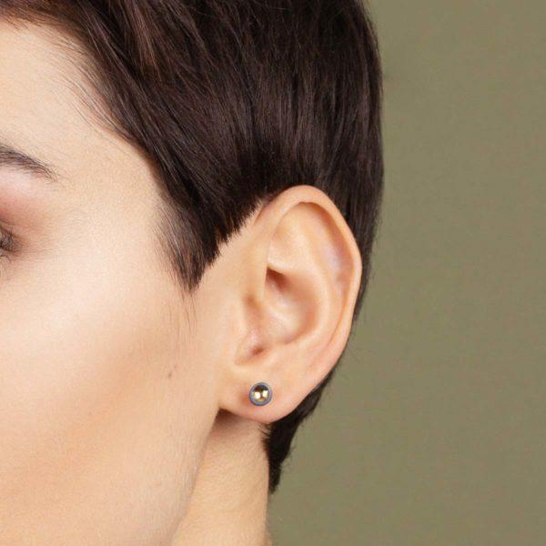 Vesna-Garic-Boucles-oreilles-puces-perle-Gris-or-Pudot