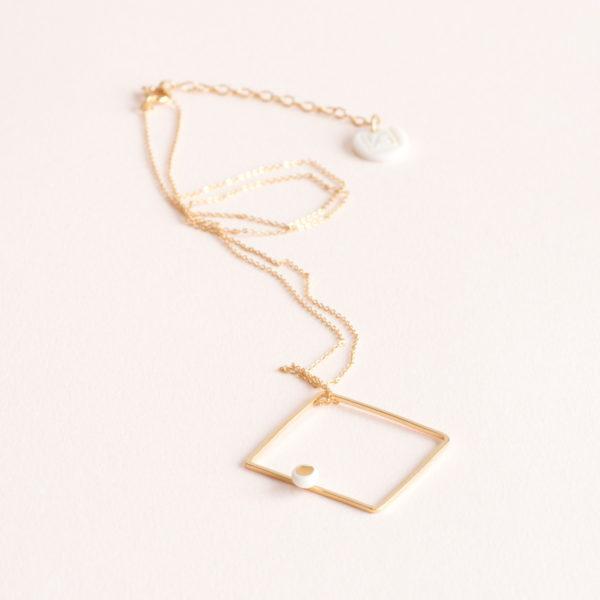 Vesna-Garic-Collier-pendentif-carre-dore-perle-blanc-or-ASTRACARL
