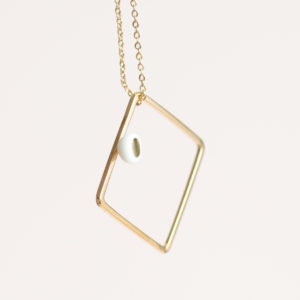 Vesna-Garic-Collier-pendentif-carre-dore-perle-blanc-or-ASTRACARS
