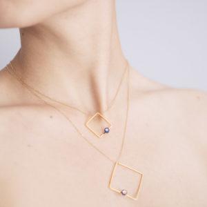 Vesna-Garic-Collier-pendentif-carre-dore-perle-bleu-or-ASTRACAR