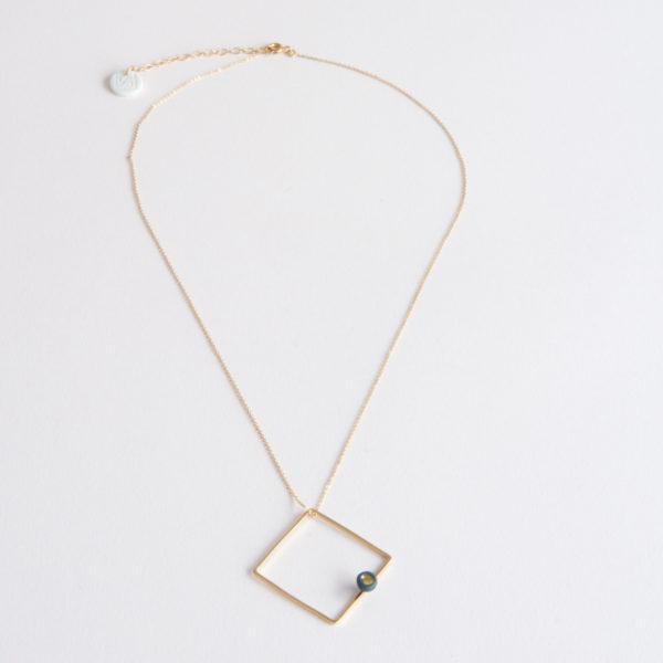 Vesna-Garic-Collier-pendentif-carre-dore-perle-gris-or-ASTRACARL