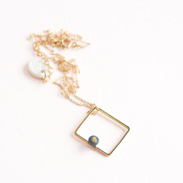 Vesna-Garic-Collier-pendentif-carre-dore-perle-gris-or-ASTRACARS