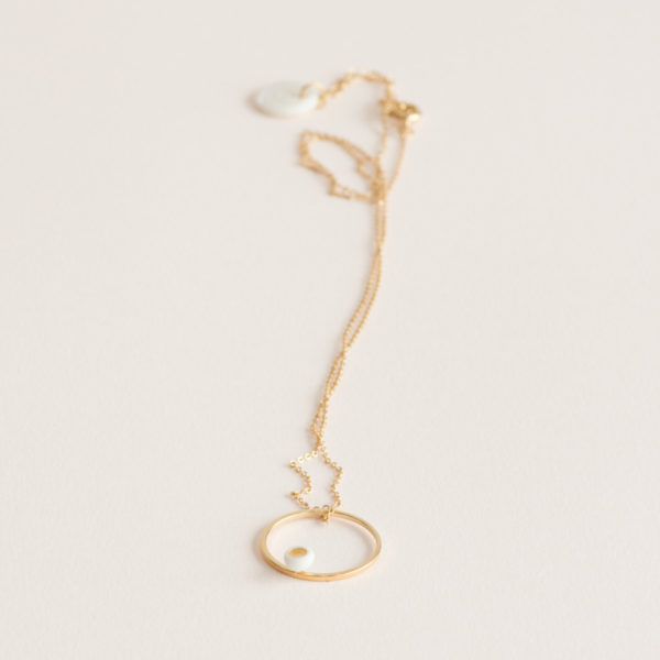 Vesna-Garic-Collier-pendentif-cercle-dore-perle-blanc-or-ASTRAS