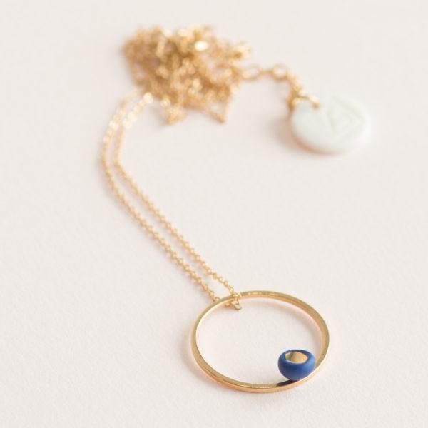 Vesna-Garic-Collier-pendentif-cercle-dore-perle-bleu-or-ASTRAS