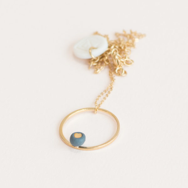Vesna-Garic-Collier-pendentif-cercle-dore-perle-gris-or-ASTRAS
