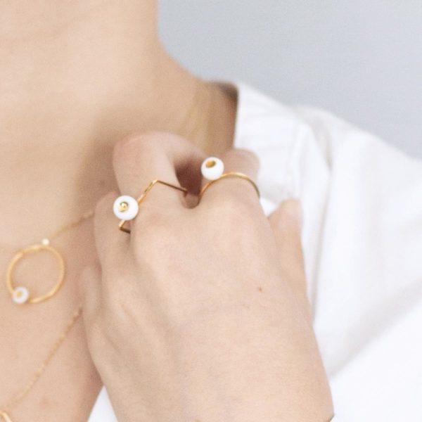 Vesna-Garic-bague-doree-perle-blanc-or