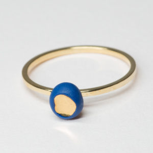 Vesna-Garic-bague-doree-perle-bleu-or