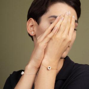 Vesna-Garic-boucles-oreilles-Bracelet-perle-Blanc-or-Dot-