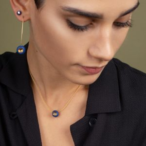 Vesna-Garic-boucles-oreilles-collier-perle-bleu-or-Dot-
