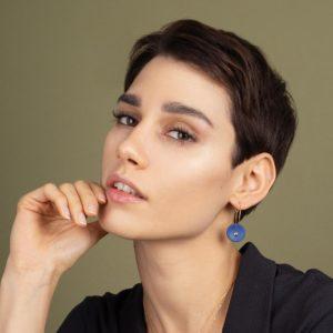 Vesna-Garic-boucles-oreilles-creoles-medaille-bleu-or-Lune