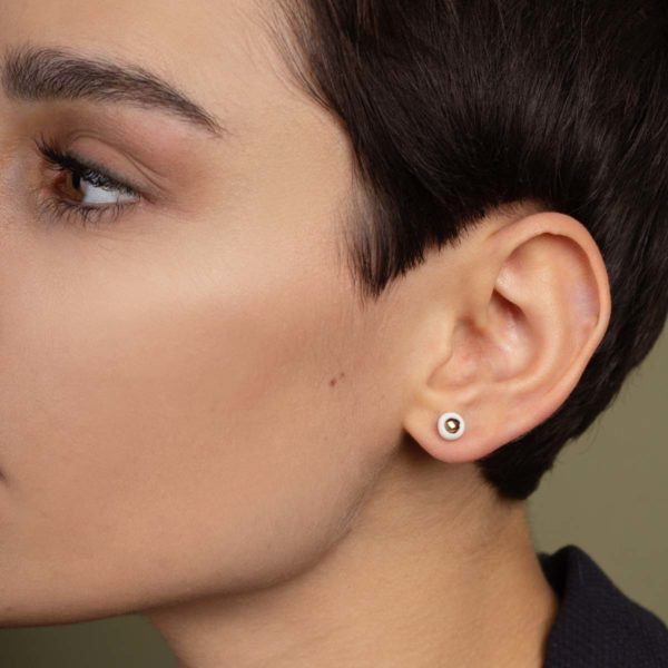 Vesna-Garic-boucles-oreilles-puces-perle-blanc-or-Pudot