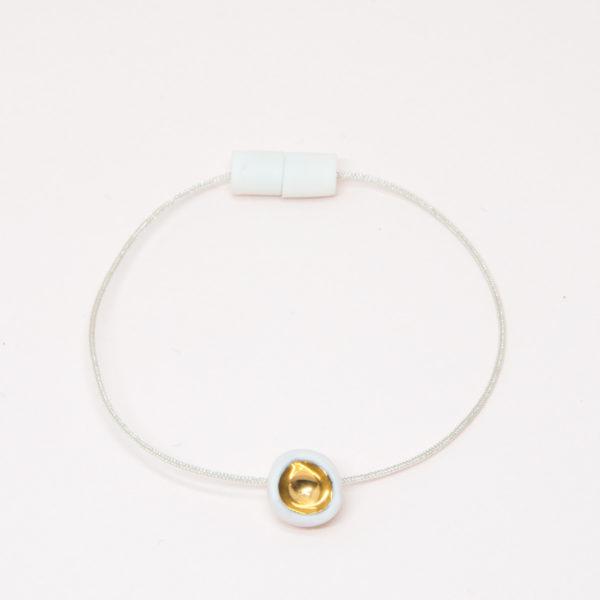 Vesna-Garic-bracelet-aimant-perle-blanc-or-fil-argent-Dot