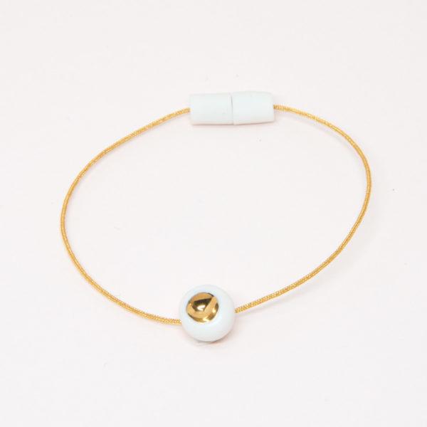 Vesna-Garic-bracelet-aimant-perle-blanc-or-fil-dore-Dot