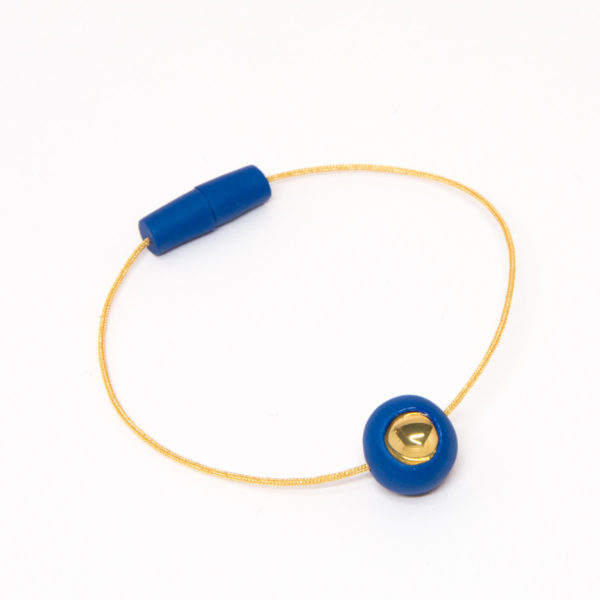 Vesna-Garic-bracelet-aimant-perle-bleu-or-fil-dore-Dot