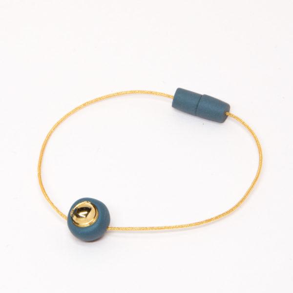 Vesna-Garic-bracelet-aimant-perle-gris-or-fil-dore-Dot