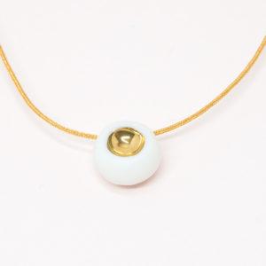 Vesna-Garic-collier-aimant-perle-blanc-or-fil-dore
