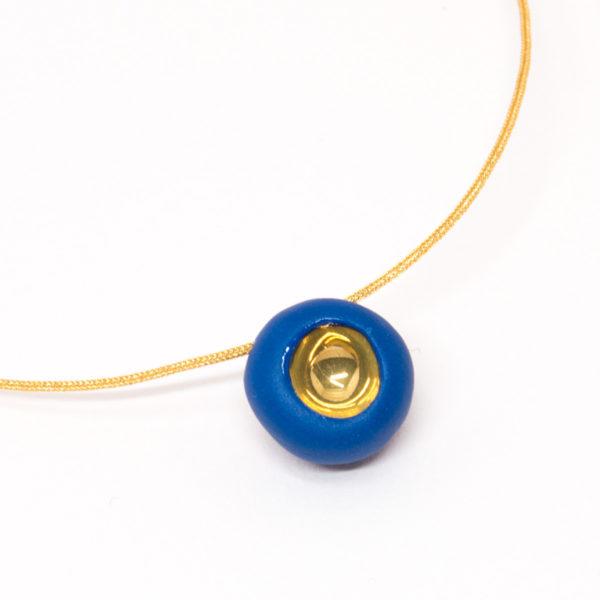 Vesna-Garic-collier-aimant-perle-bleu-or-fil-dore-Pedot